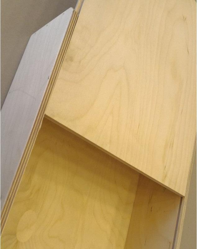 Scatole grandi in legno con apertura pannello scorrevole su binari. Foto Aperta chiusa Studio la cornicetta
