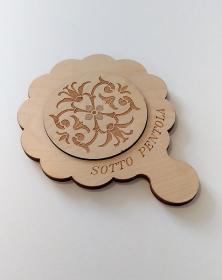 Sottopentola in legno, attrezzo da cucina con incisione parte centrale del cerchio